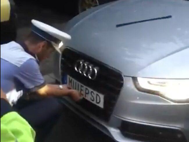 Polisen stoppade bilen på motorvägen...