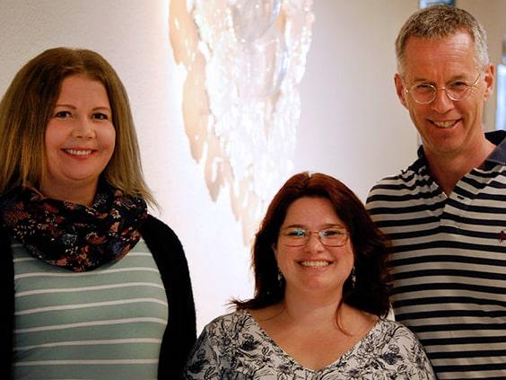 Forskare vid Örebro planerar nu att titta närmare på kopplingen mellan sjukdomen och smörsyrabakterier i tarmfloran. På bilden från vänster: Rebecca Wall, Tatiana Marques och Johan Jendle.