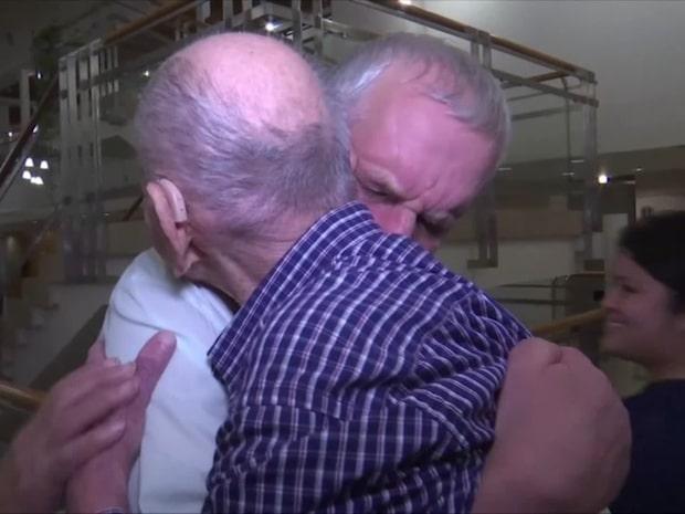 Här möter 102-åringen sin brorson för första gången