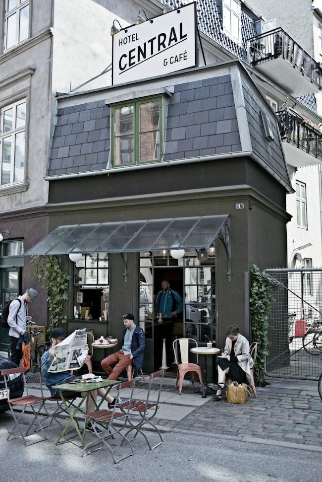 <span>Ovanför ett kafé i Vesterbro ligger Central hotell som är ett av världens minsta. </span>