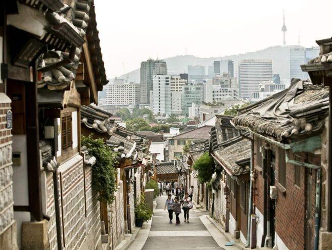 I Bukchon finns Seouls äldsta bebyggelse och en fantastisk utsikt över centrala Seoul.
