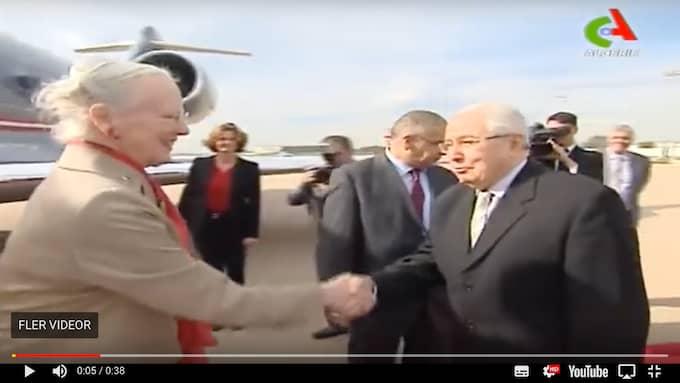 Drottningen skakade hand med algeriska senatens ordförande Abdelkader Bensalah. Foto: Canal Algérie
