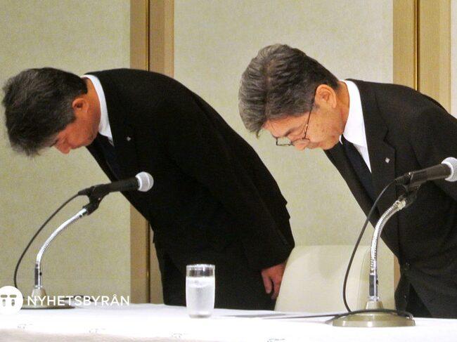 Kobe Steels vice vd Naoto Umehara bugar vid presskonferensen där företaget erkände det systematiska fusket.