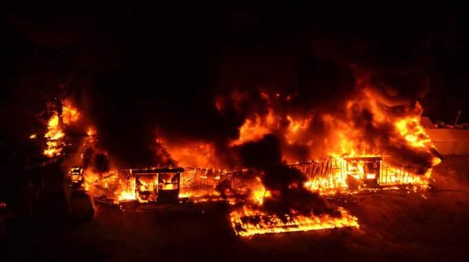 29 september. En kraftig brand utbryter i en lagerlokal på en camping under Tjörnbron vid Stenungsund som delvis används som flyktingförläggning. Foto: Mikael Berglund