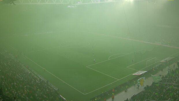 Massiva rökutvecklingen – matchen sköts upp