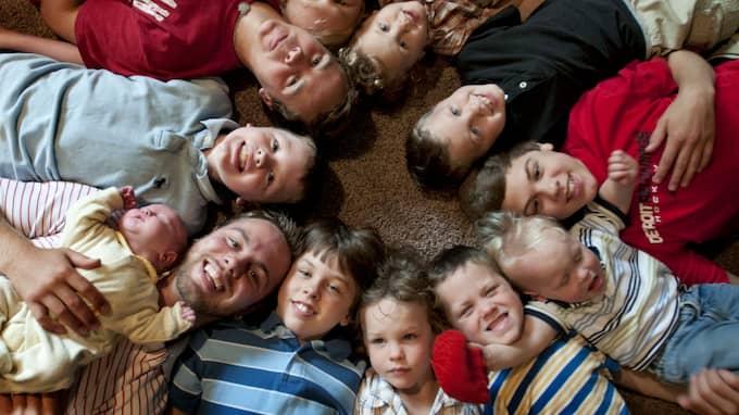 Jay och Kateri Schwandt med sina 12 pojkar, år 2013. Medurs från vänster botten: Tyler, 21, som håller Tucker, 2 dagar, Vinny, 10, Drew, 16, Zach, 17, Charlie, 3, Calvin, 8, Brandon, 14, Luke, 19 månader, Gabe, 6, Wesley, 5 and Tommy, 11. Foto: CHRIS CLARK / AP THE GRAND RAPIDS PRESS