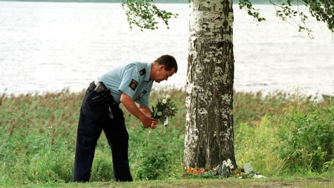 En polisman lägger blommor vid platsen där Kevin mördades i augusti år 1998. Foto: STEFAN HYTTFORS