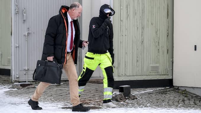 Calle Jonsson lämnar tingsrätten med sin advokat. Foto: ALEX LJUNGDAHL