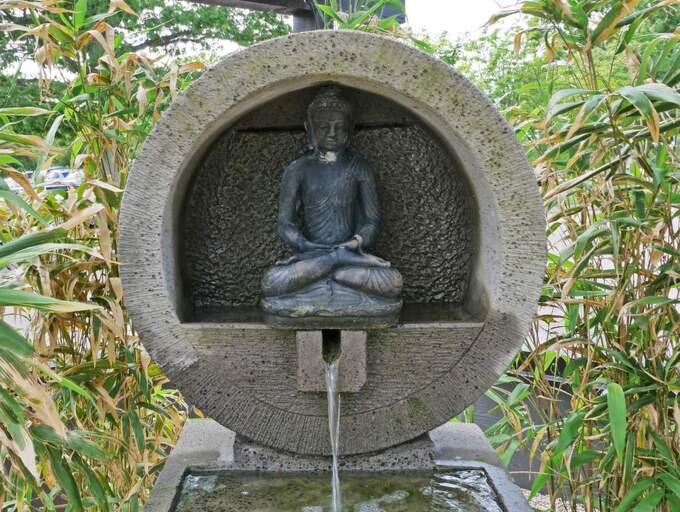 Var rum har sitt eget uttryck. Här har Jonas byggt ett etage med hjälp av järnvägssyllar och grus. En Buddha-fontän, i sten, står som diskret blickfång.