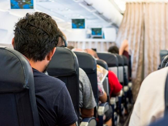 På flygplanet finns det en del saker du ska undvika för att slippa bli sjuk.