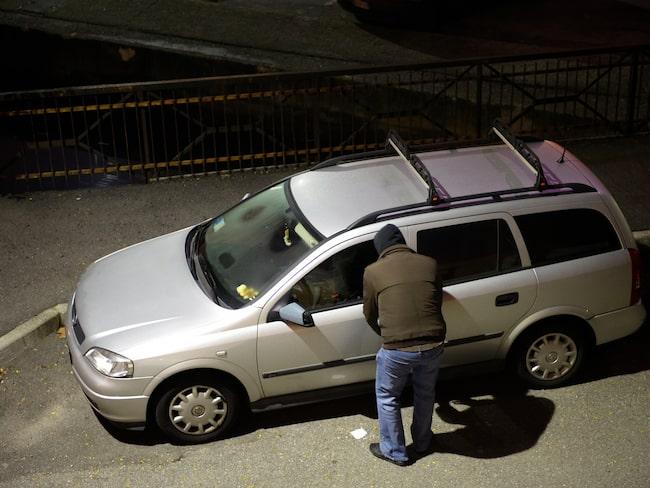När många besöker kyrkogårdar under allhelgonahelgen passar tjuvar på att tömma de parkerade bilarna.
