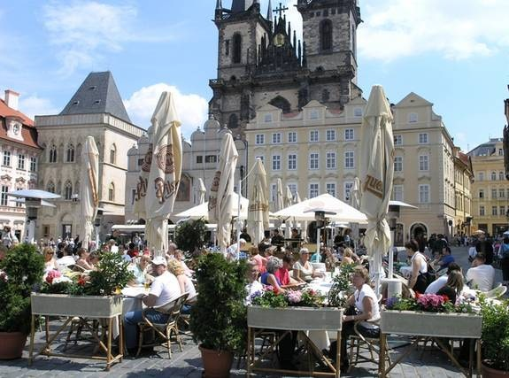 Man kan njuta av en öl även i sommarsolen, som vid det här typiska Pragtorget.