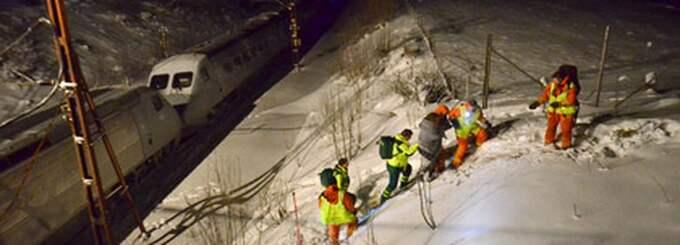 I Östergötland stod tre tåg stilla i fem timmar på tisdagen. Här fick en kvinna hämtas med ambulans efter att ha blivit helt utmattad på tåget. Foto: Niklas Luks