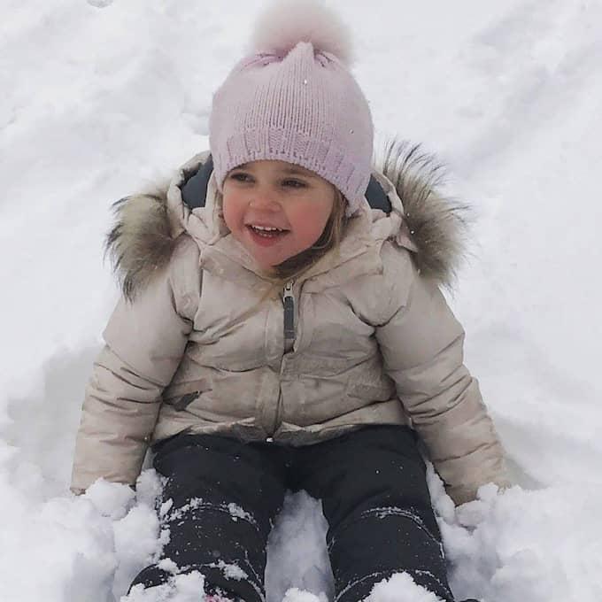 Prinsessan Leonore i snön i Alperna.