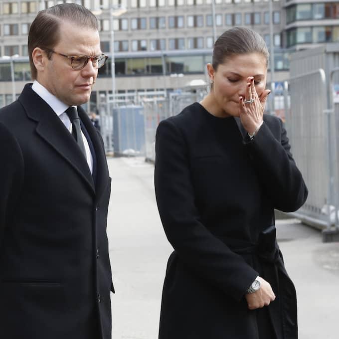 Kronprinsessan Victoria och Prins Daniel är på plats vid Drottninggatan där gårdagens terrorattack ägde rum. Foto: Bøe, Torstein / NTB SCANPIX TT NYHETSBYRÅN