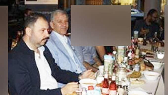 Längst bort vid bordet ser man Mehmet Kaplan. Närmre i bild, till höger, är Ilhan Senturk, Grå vargarnas ordförande och Barbaros Leylani, tidigare vice ordförande för Turkiska riksförbundet.