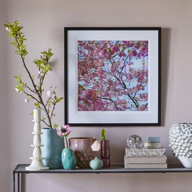 """100 ex! Körsbärstavlan """"Cherry blossom – pink love"""" av konstnären Maria Larkman finns bara i LEVA&BO:s konstgalleri. Först till kvarn."""