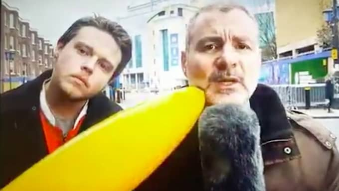 Här petar mannen på reportern med en banan. Foto: SportItalia.