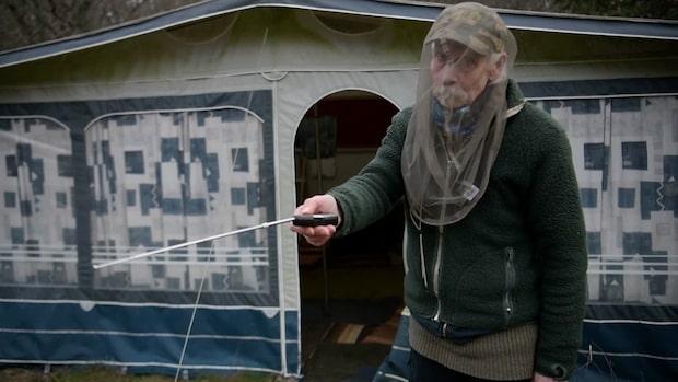 Eric flyr elen – bor isolerad i mörklagd husvagn i skogen