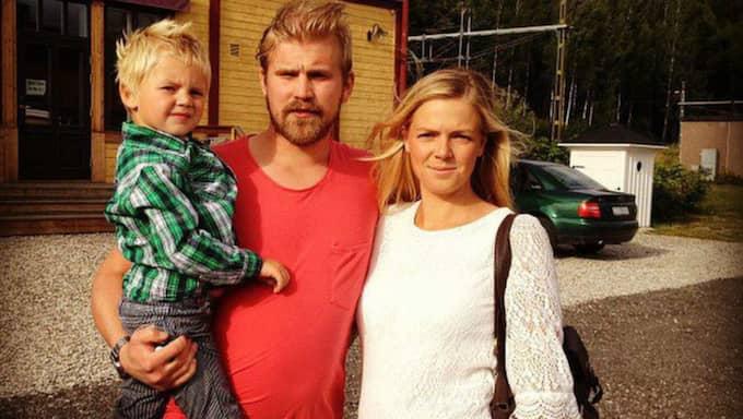 Emilie Hellholm, sambon Andreas och sonen Alvin var nära på att äta enkorv som en spik gömt sig i. Foto: Joakim Hellholm/Läsarbild