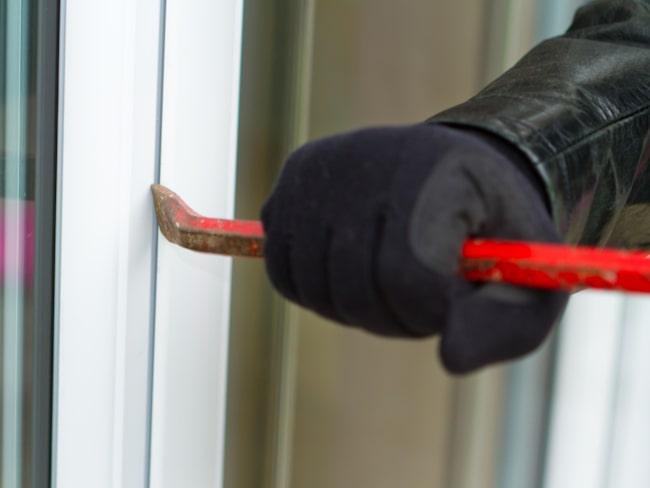 Titta över alla dina lås så de är godkända, på både dörrar och fönster.