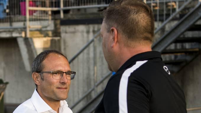 HIF:s tränare Per-Ola Ljung och TFF:s tränare Patrick Winqvist tackar för matchen. Foto: PETTER ARVIDSON / BILDBYRÅN
