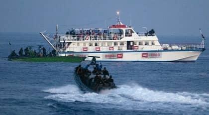 BROTT MOT FOLKRÄTTEN. Troligen bordades fartygen på internationellt vatten. I så fall bröt Israel mot folkrätten innan de dödliga skotten föll. Foto: REUTERS