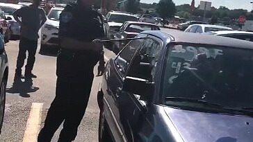 Polisernas hjälteinsats när de ser vad som ligger i baksätet