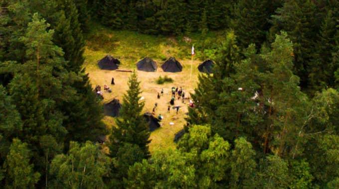 Tyska högerextremister håller i ett läger för barn i de småländska skogarna. Här syns lägerplatsen. Markägarna har förnekat att Sturmvogel-fanan finns på deras mark. Foto: KVP/EXPRESSEN