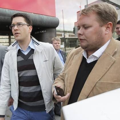 Här försöker Expressens reporter Fredrik Sjöshult få svar av Jimmy Åkesson, SD, angående filmen som lagts upp av komiker Soran Ismail. Foto: Ylwa Yngvesson