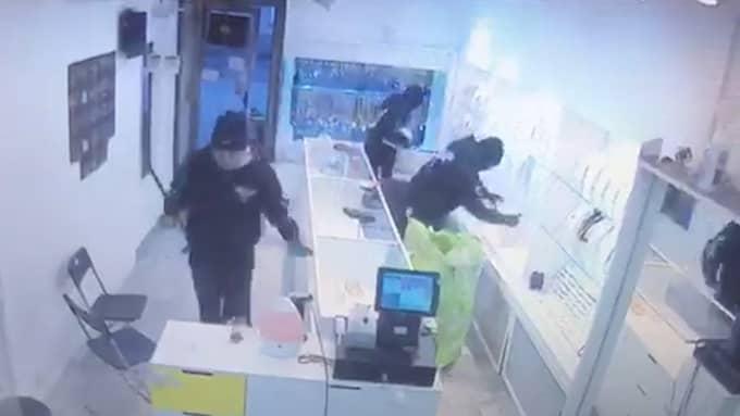 Minst fyra beväpnade och maskerade rånare slog på tisdagsförmiddagen till mot butiken.