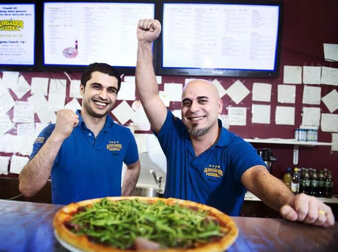 GLADA. Ägarna Gökhan Özkan och Murat Ersöz är glada över att deras pizzeria Sannegårdens har blivit utsedd till Sveriges bästa. Foto: Robin Aron