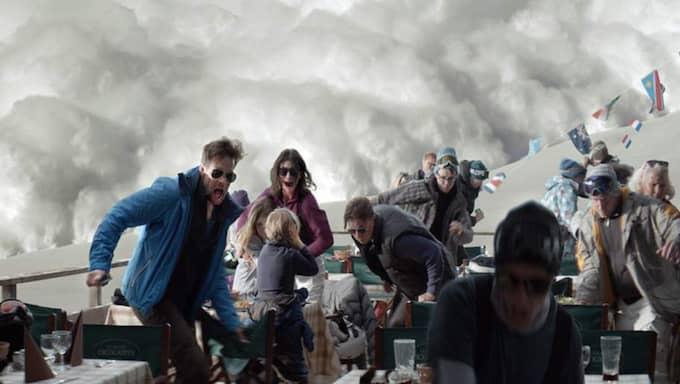 """Ruben Östlunds film """"Turist"""" handlar om en familj på skidsemester som hamnar i en lavin. De klarar sig utan skador, men pappans flykt från familjen under faran väcker frågor och fördärvar familjens relation."""