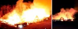 Våldsam brand rasar i ladugård – är övertänd
