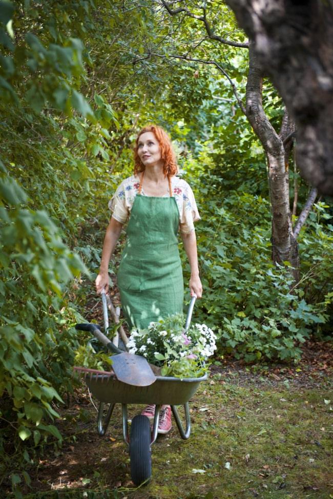 Trädgårdsmästaren Linda Schilén i full färd med att jobba i sin trädgård.