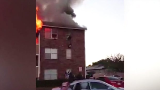 Huset brinner - mamman kastar barnet från tredje våningen