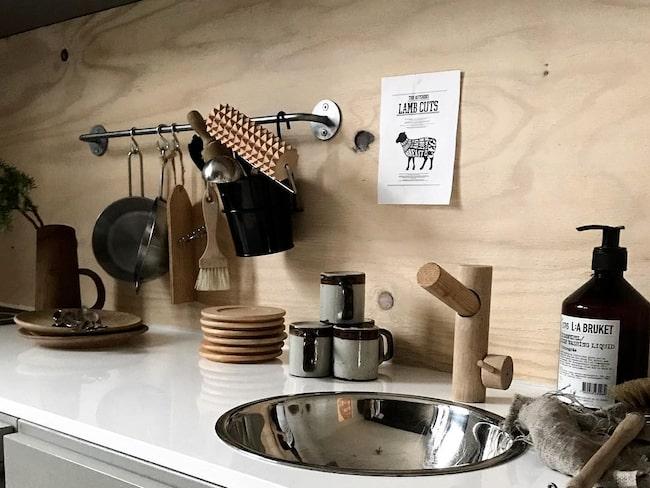 I barnens eget kök står saker framme för att locka till lek.