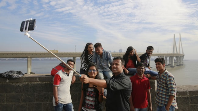 <span>En familj tar en bild med en selfiepinne i Bombay. </span>