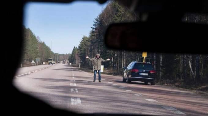Polisen uppmanar trafikanter som ser misstänkta personer på vägarna att höra av sig via telefonnummer 114 14. Foto: Polisens Facebook / SKÄRMDUMP