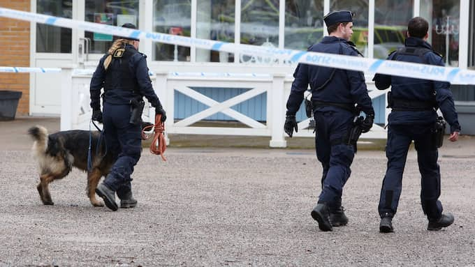 Beväpnade rånare tvingade till sig kontanter i en spelbutik i Västerås måndagen. Senare greps minst två personer i centrala Bro – enligt uppgift till Expressen efter att deras bil kraschat in i en husvägg.