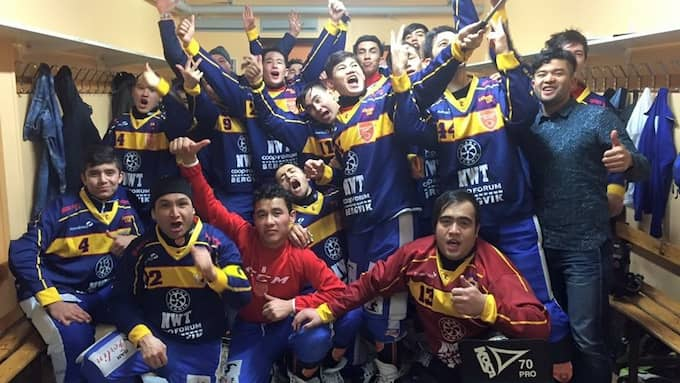 """Zakarya Afzali , längst ned till höger, med kompisarna i bandylaget som blev Afghanistans landslaget. Men deltagandet i VM 2017 ställdes in på grund av alla utvisningshot. """"Jag blir upprörd, tänker hur är det möjligt att det här är beslutet som fattas"""", säger tränaren Thomas Österdahl.. Foto: Privat"""