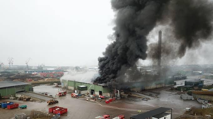 Ett lager med batteriavfall brinner. Foto: Andre Tajti