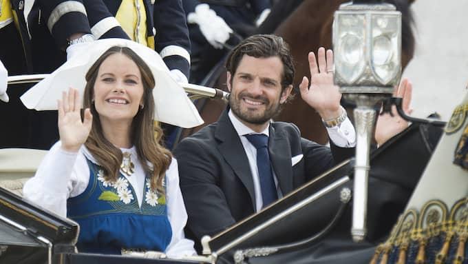 Prinsessan Sofia och prins Carl Philip i kortegen vid nationaldagen 2016. Foto: SVEN LINDWALL