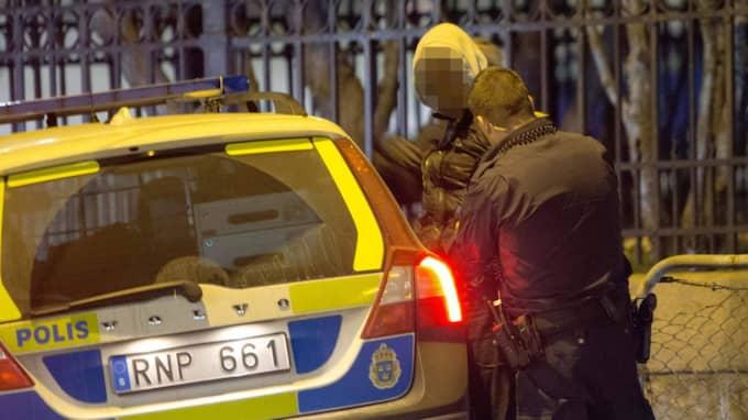 Det var vid 21.40 på torsdagskvällen som polisen slog till mot en bil i Göteborg. Foto: Henrik Jansson
