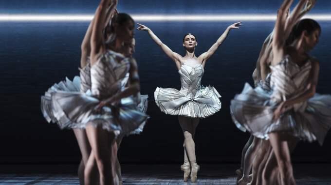 UPP PÅ TÅ IGEN. Desislava Stoeva och Kungliga Baletten. Foto: Carl Thorborg / BILDEN FÅR ENDAST PUBLICERAS SOM PRESSBILD ELLER O