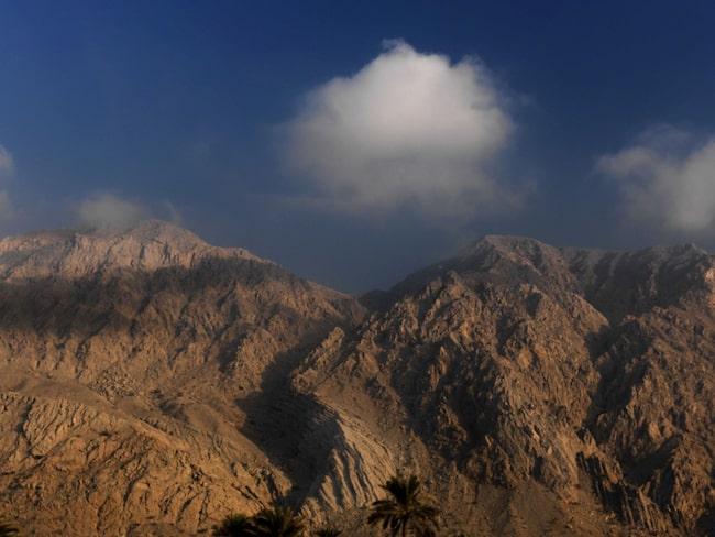 Berget som den långa banan utgår från är Förenade Arabemiratens högsta.