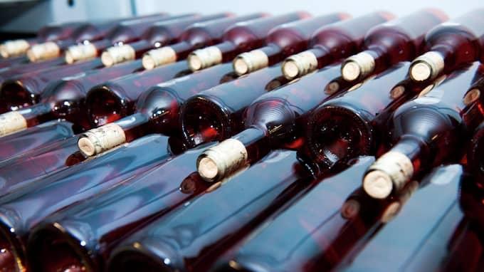 Gårdsförsäljning kan snart vara tillåten - men inte riktigt än. På bilden: Staplade vinflaskor vid Kullahalvöns vingård. Foto: CHRISTIAN ÖRNBERG