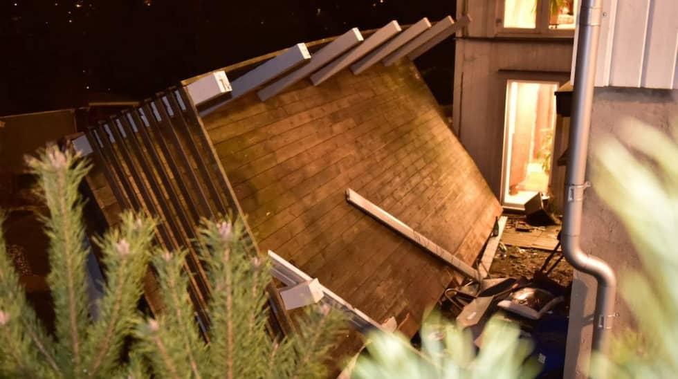 Precis vid tolvslaget rasade balkongen – upp till 20 personer ska ha befunnit sig på balkongen vid olyckan. Foto: Robin Aron