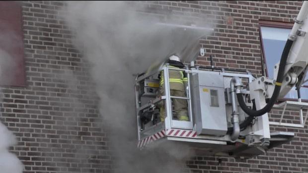 Kvinna och barn räddade ur brinnande hus