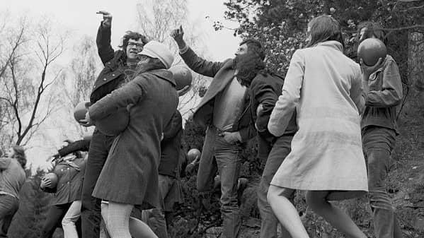 Happening i Průhonice, april 1969. Foto: Jan Ságl / Sammlung Muzeum Sztuki, Łódź
